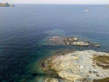 灯塔和塔的鸟瞰图在Giraglia海岛上  盖帽Corse半岛 可西嘉岛 法国 免版税库存图片
