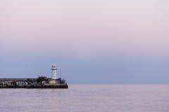 灯塔和安静的黑海在夏天晚上 库存照片