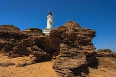 灯塔和岩石 免版税库存照片