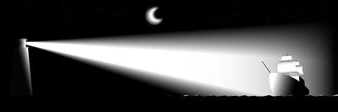 灯塔和帆船在晚上。 免版税库存图片
