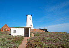 灯塔和支持大厦在Piedras Blancas在中央加利福尼亚海岸指向在圣西梅昂加利福尼亚北部 库存图片