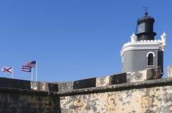 灯塔和旗子在卡斯蒂略圣费利佩del Morro 免版税库存照片