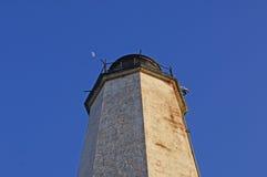 灯塔和月亮 免版税库存照片