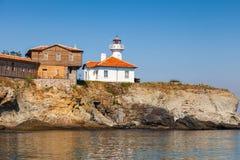 灯塔和木大厦在圣阿纳斯塔西娅海岛上 免版税库存照片