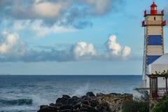 灯塔和海洋黄昏的 免版税图库摄影