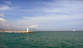 灯塔和海的可爱的看法 库存照片