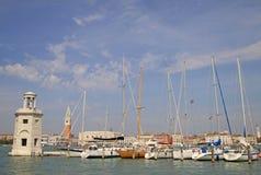 灯塔和游艇在圣乔治Maggiore,威尼斯,意大利海岛上  图库摄影