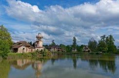 灯塔和湖在玛丽・安托瓦内特凡尔赛老村庄  免版税库存照片