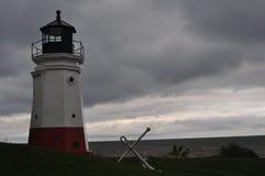 灯塔和船锚在一风暴日 免版税库存照片