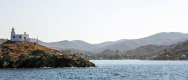灯塔和贴水帕帕佐普洛斯教会 Kea, Tzia海岛,希腊 天空背景,横幅 库存图片