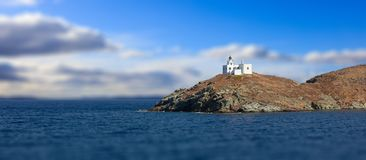 灯塔和贴水帕帕佐普洛斯教会 Kea, Tzia海岛,希腊 迷离多云天空背景,横幅 免版税图库摄影