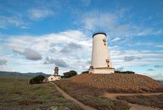 灯塔和走道在Piedras Blancas半岛在中央加利福尼亚沿岸航行在圣西梅昂加利福尼亚北部 免版税图库摄影