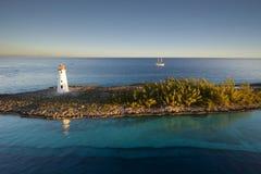 灯塔和风帆运送在天堂海岛一角在拿骚,巴哈马 免版税库存图片