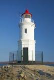 灯塔在一个被上升的平台站立在海中间 库存图片
