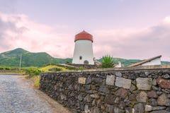灯塔在圣地米格尔海岛上的Mosteiros在亚速尔群岛,葡萄牙 库存图片