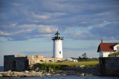 灯塔在夏天在波兹毛斯NH在第一天夏天 免版税库存图片