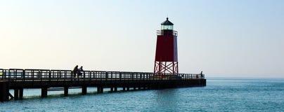 灯塔在夏天日落期间的密执安湖 免版税图库摄影