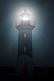 灯塔在有雾的夜 库存图片