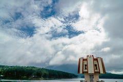 灯塔在湖 库存图片