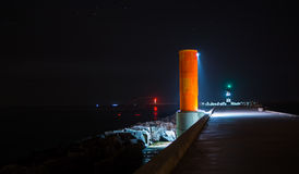 灯塔在码头的晚上在巴拉岛海滩 图库摄影
