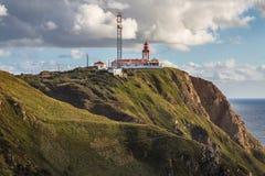 灯塔在罗卡角在辛特拉在一个美好的春日,葡萄牙 免版税库存照片