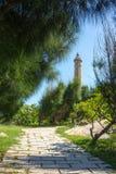 灯塔在蓝天和云彩下 免版税库存图片