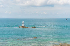 灯塔在蓝色海 免版税库存照片