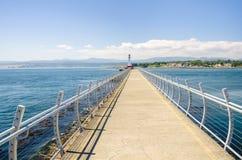 灯塔在防堤和蓝天结束时 库存照片