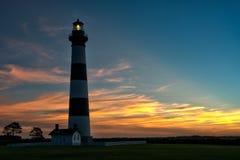 灯塔在黎明… 库存图片