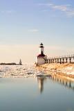 灯塔在晴朗的冬日 免版税库存图片