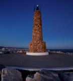 灯塔在Puerto Banus的防堤结束时在马尔韦利亚,西班牙在晚上 库存照片