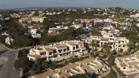从灯塔的天线和自然岩石在拉各斯葡萄牙 股票视频