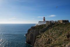灯塔的看法在圣文森Cape Cabo de Sao Vincente的在萨格里什,阿尔加威, Portuga 库存图片