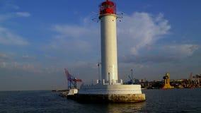 灯塔的看法在那的船部分的航行入港口 股票录像