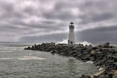 灯塔,当多暴风雨的天气时 免版税库存图片