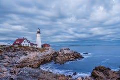 灯塔,海滩,夜,黄昏,长的曝光,当黑暗,风雨如磐,急切,海洋,美国,缅因,波特兰,波浪,天际,水, ro时 库存照片