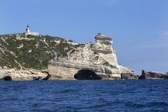 灯塔Pertusato俯视一个著名岩石, Bonifacio,可西嘉岛海岸  免版税库存图片