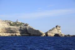 灯塔Pertusato俯视一个著名岩石, Bonifacio,可西嘉岛海岸  库存照片