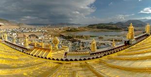 从灯塔Songzanlin寺庙的全景视图 库存图片