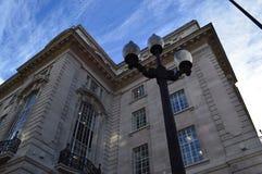 灯岗位和大厦在伦敦 免版税库存图片