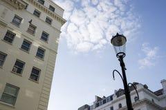 灯岗位和大厦特写镜头  免版税库存照片