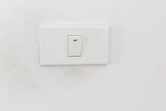 灯开关,在白色墙壁上的白光开关 免版税库存图片