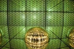 绿灯显示、色的激光、镜子墙壁和镜子球,抽象背景 库存图片