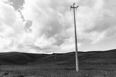 灯柱通过青山在托斯卡纳 免版税库存图片