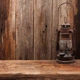 灯油灯笼减速火箭的谷仓木墙壁 免版税库存图片