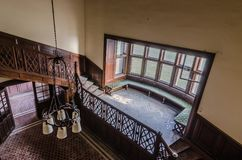 灯窗口和台阶在狩猎小屋里 免版税库存照片