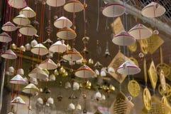 灯笼、美术和工艺品在会安市老镇,越南 这个地区是世界的文化遗产感兴趣,拿着联合国科教文组织 这是p 库存照片