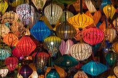 灯笼、美术和工艺品在会安市老镇,越南 这个地区是世界的文化遗产感兴趣,拿着联合国科教文组织第3部分 库存图片