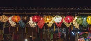 灯笼、美术和工艺品在会安市老镇,越南 这个地区是世界的文化遗产感兴趣,拿着联合国科教文组织第4部分 免版税库存图片