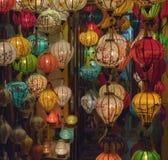 灯笼、美术和工艺品在会安市老镇,越南 这个地区是世界的文化遗产感兴趣,拿着联合国科教文组织第6部分 免版税图库摄影